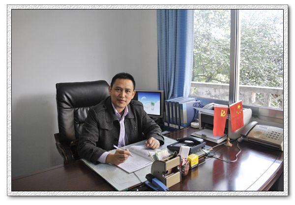 校长、校党支部书记罗羿的照片